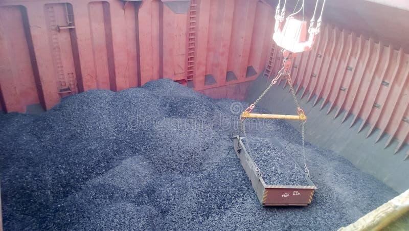 El compartimiento de carga de la nave, llenado del carbón Cargamento de foto de archivo