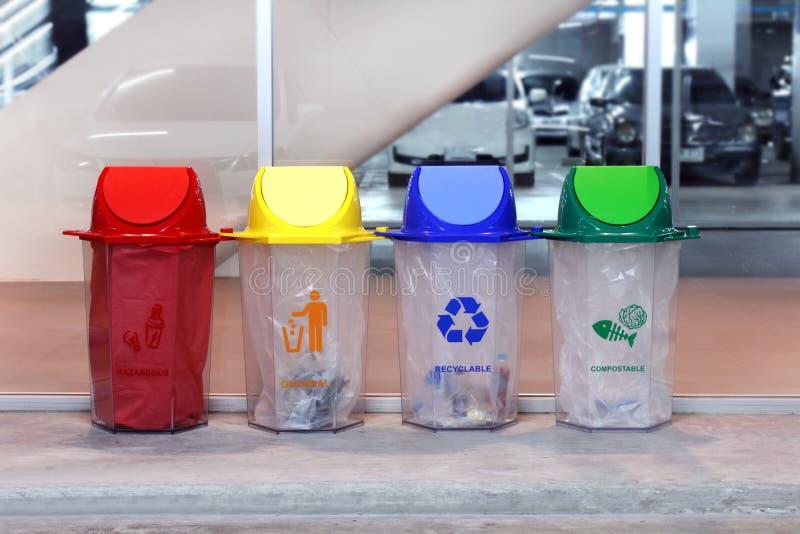 El compartimiento, papelera de reciclaje, cubo de la basura plástico, Trash azul amarillo rojo y pone verde 4 tipos de basura par fotos de archivo