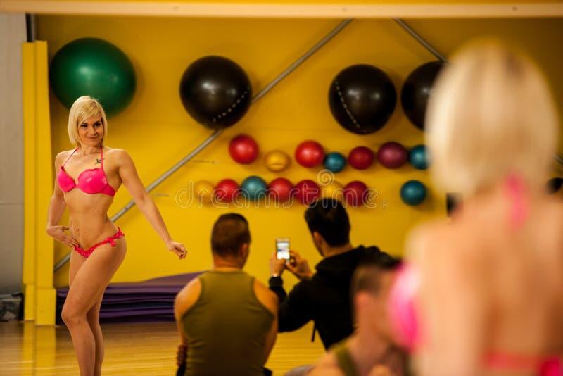 El competidor joven hermoso de la aptitud del bikini entrena a presentación antes de t foto de archivo libre de regalías