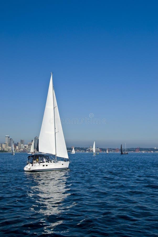 El competir con de barcos de navegación   fotografía de archivo