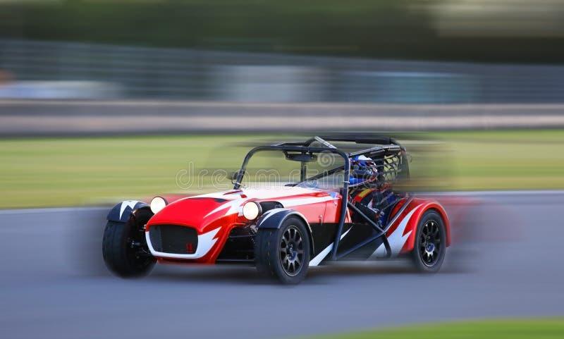 El competir con de coche de carreras en la velocidad fotos de archivo