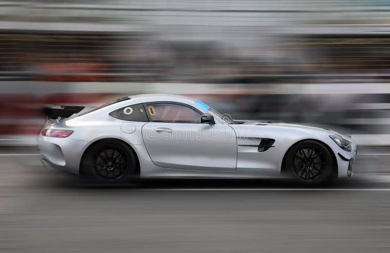 El competir con de coche de carreras en pista de la velocidad fotografía de archivo libre de regalías
