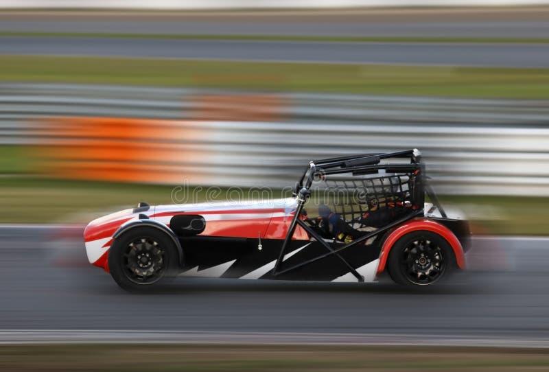 El competir con de coche de carreras en pista de la velocidad imagen de archivo
