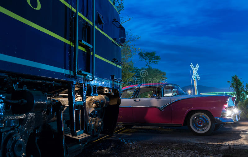 El competir con de coche de la vendimia a través de la travesía de ferrocarril imagenes de archivo