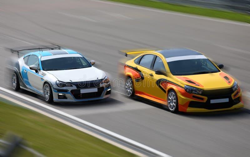 El competir con de dos coches de carreras en la velocidad imagen de archivo libre de regalías