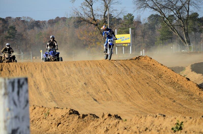 El competir con de la bici de la suciedad y 2 del patio ATV fotos de archivo