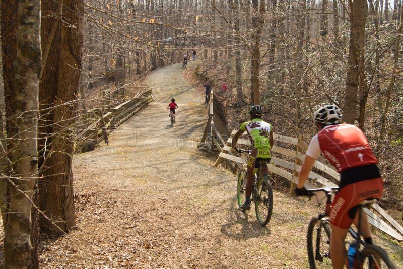 El competir con de la bici de montaña fotografía de archivo