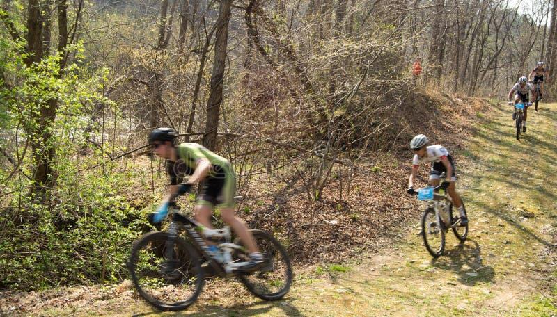 El competir con de la bici de montaña imagen de archivo