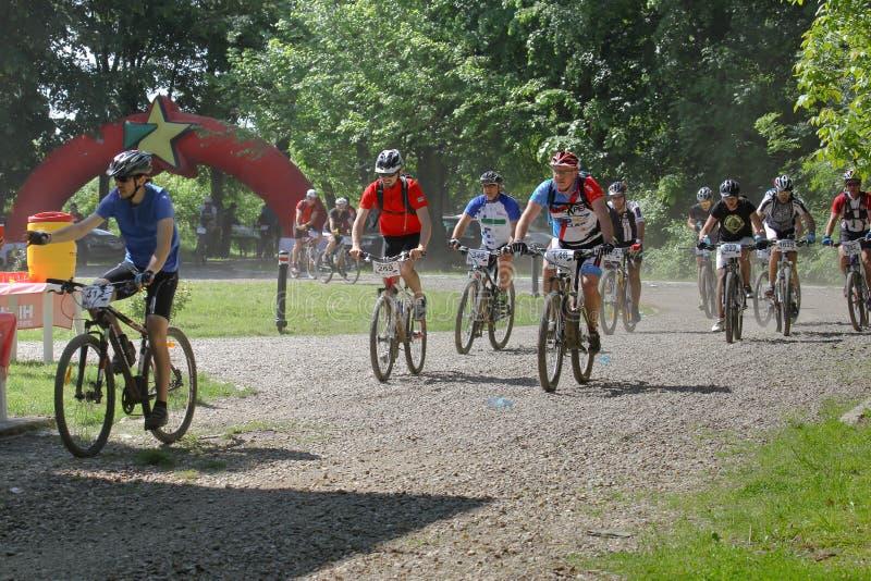 El competir con de la bici de montaña imagen de archivo libre de regalías