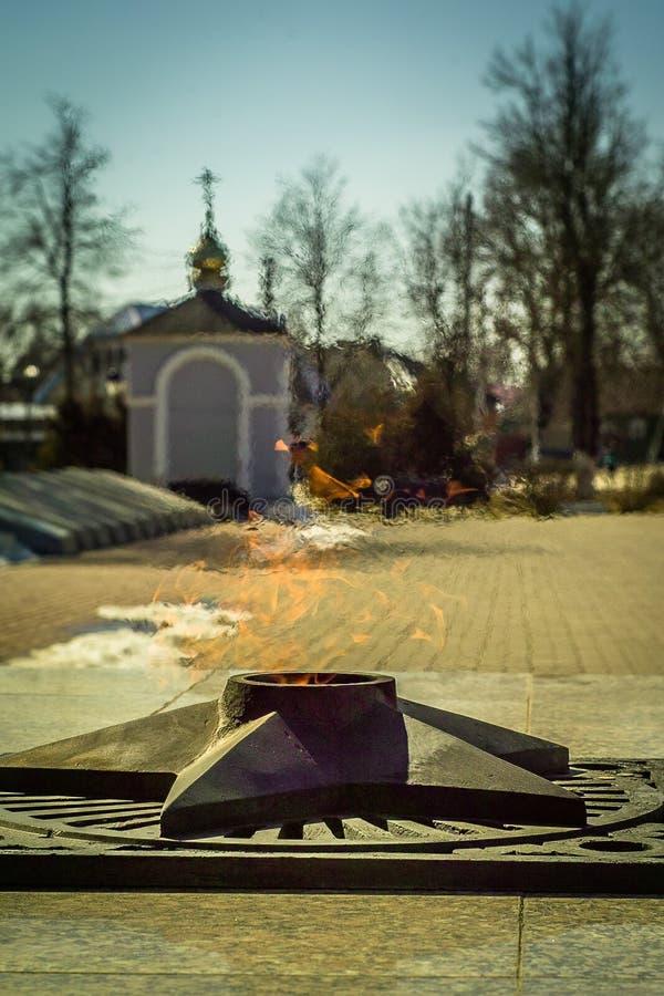 El complejo conmemorativo en la ciudad de Yukhnov, región de Kaluga en Rusia fotografía de archivo