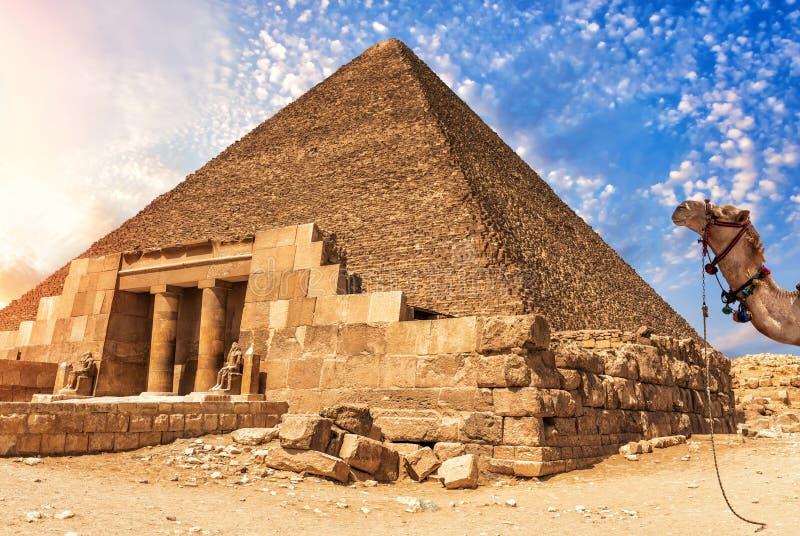 El complejo del templo de Giza y la pirámide de Cheops, Egipto fotografía de archivo libre de regalías