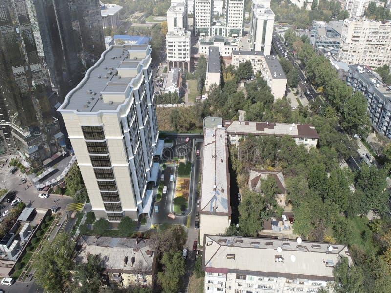 El complejo residencial moderno para las familias jovenes, 3D rinde, el ejemplo 3D ilustración del vector
