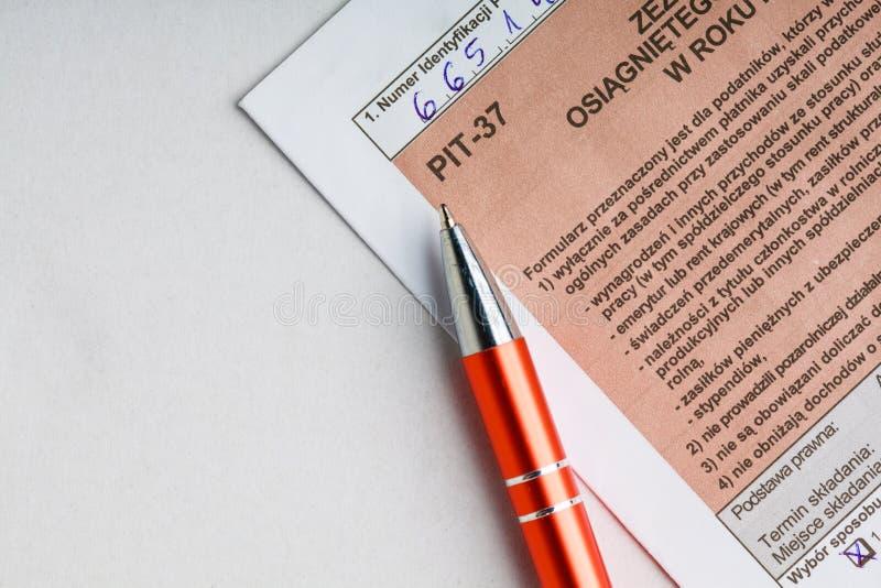 El completar el formulario de impuesto individual polaco PIT-37 por el año 2013 fotos de archivo