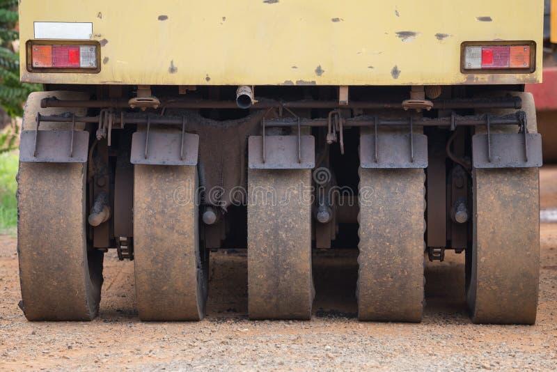 El compresor puesto un neumático neumático del rodillo se prepara para la reparación del camino imagenes de archivo