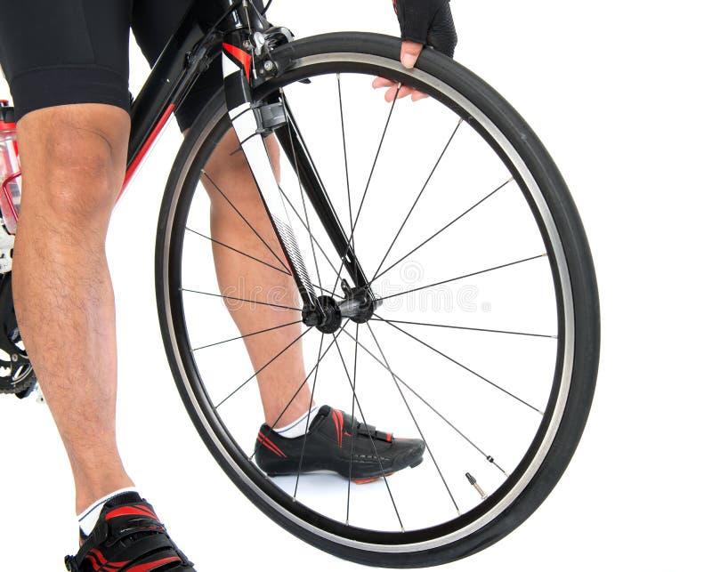 El comprobar la presión de aire del neumático de la bici foto de archivo