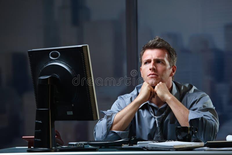 El concentrar resuelto del hombre de negocios imagenes de archivo