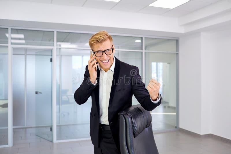 El concepto de éxito, victoria, negocio Wi rubios del hombre de negocios imagenes de archivo