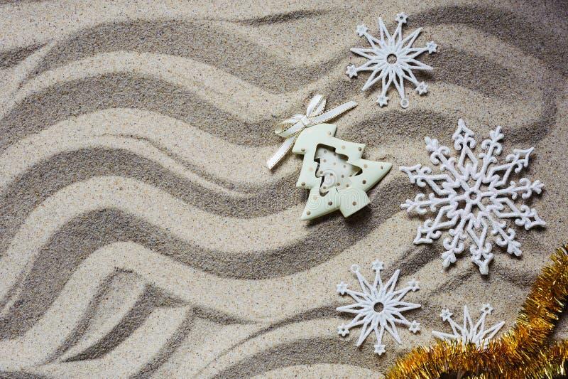El concepto de celebrar la Navidad en la playa imágenes de archivo libres de regalías
