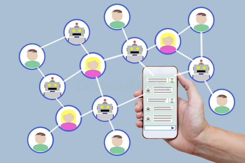 El concepto de Chatbot con Instant Messenger exhibió en el teléfono elegante fotografía de archivo