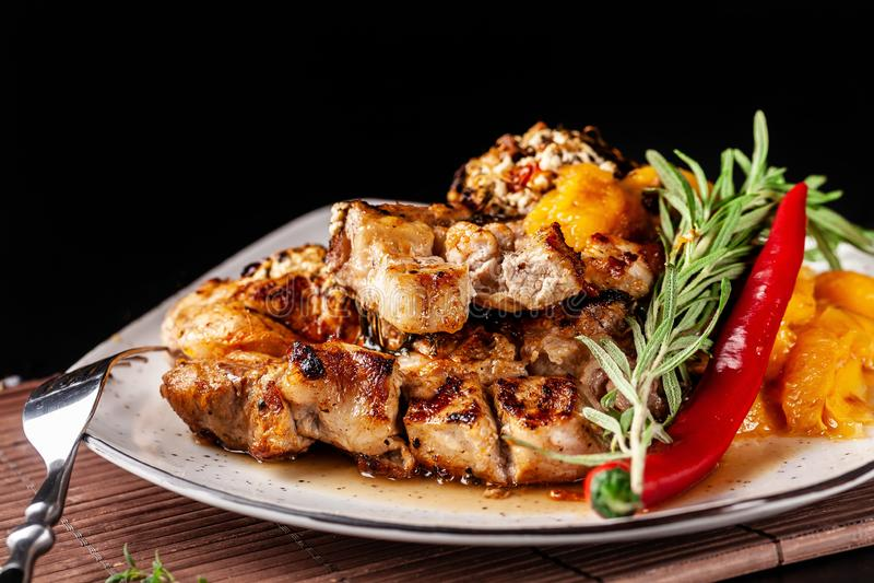 El concepto de cocina mexicana Filete asado a la parrilla del cerdo con la salsa picante, la salsa de la pimienta roja, los meloc foto de archivo