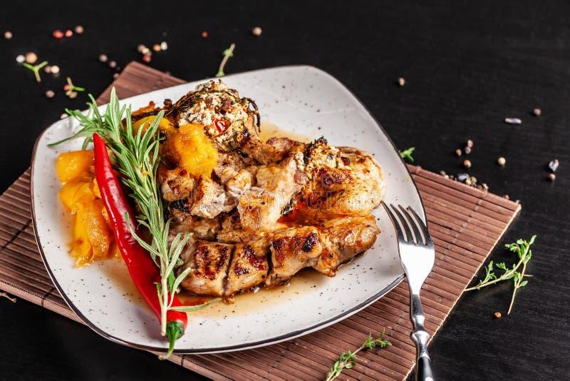 El concepto de cocina mexicana Filete asado a la parrilla del cerdo con la salsa picante, la salsa de la pimienta roja, los meloc fotografía de archivo libre de regalías