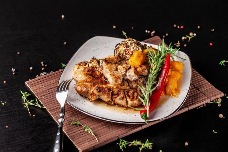 El concepto de cocina mexicana Filete asado a la parrilla del cerdo con la salsa picante, la salsa de la pimienta roja, los meloc imagenes de archivo