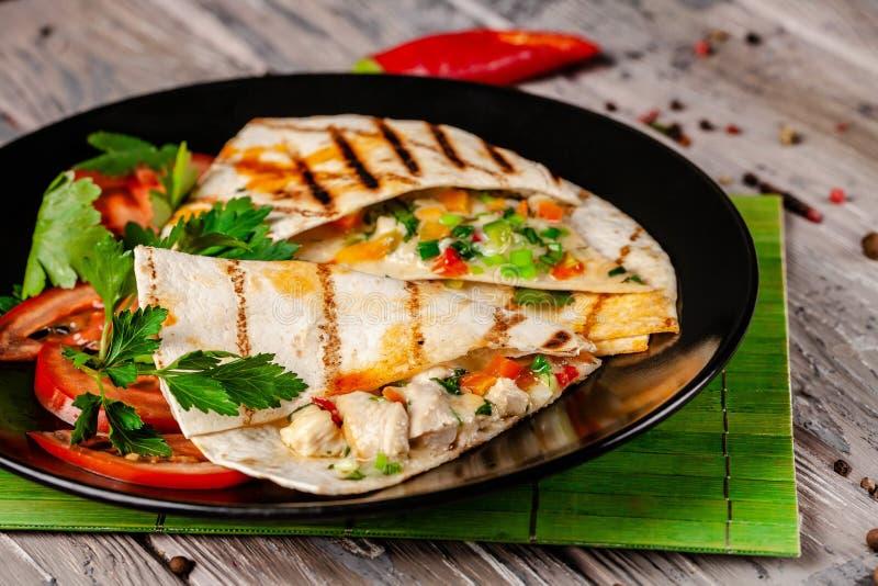 El concepto de cocina mexicana Tacos mexicanos con el pollo, el maíz, las habas rojas, el tomate, la cebolla roja y pimientas de  imágenes de archivo libres de regalías