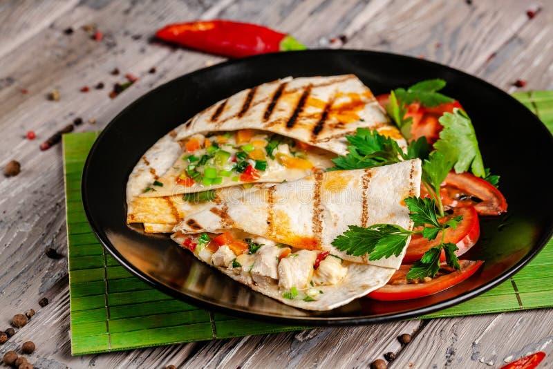 El concepto de cocina mexicana Tacos mexicanos con el pollo, el maíz, las habas rojas, el tomate, la cebolla roja y pimientas de  imagenes de archivo