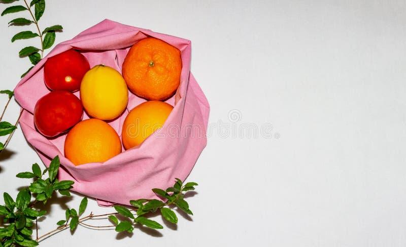 El concepto de comida limpia, basura cero, sin plástico, vegetarianismo, 5R Frutas frescas en una bolsa de algodón ecológico sobr fotografía de archivo