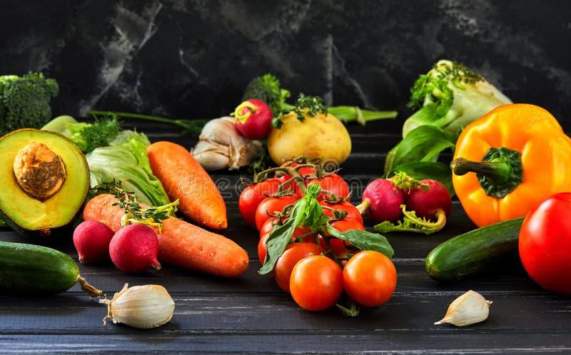 El concepto de consumición sana, de verduras frescas y de frutas imagenes de archivo