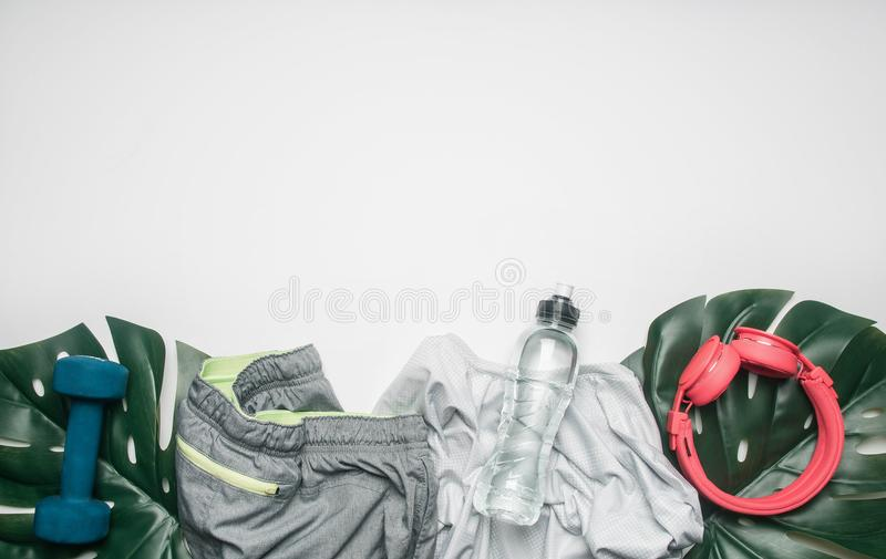 El concepto de deportes forma de vida, ropa de deportes y accesorios se alineó en un fondo blanco, con la botella de agua y de ho foto de archivo libre de regalías