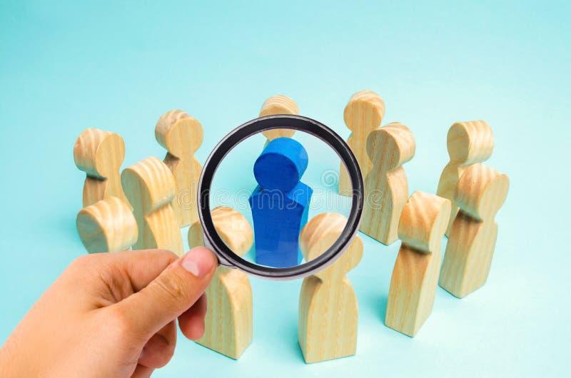El concepto de dirección en un equipo del negocio Una muchedumbre de trabajadores se coloca en un círculo y escucha su mentor, lí fotos de archivo