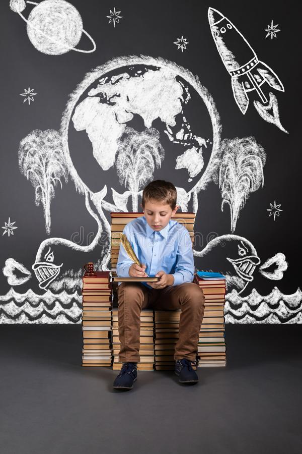 El concepto de educación con la imaginación y el fantasi del ` s de los niños foto de archivo