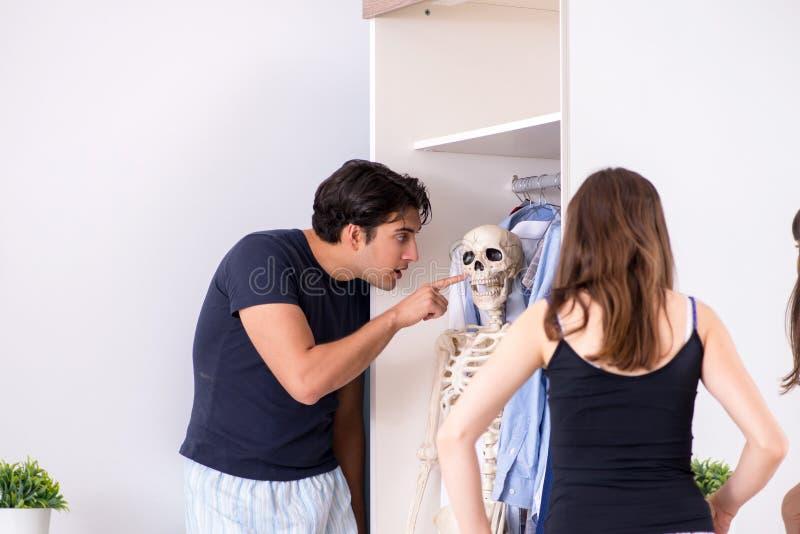 El concepto de esqueleto en el armario o el armario fotografía de archivo libre de regalías