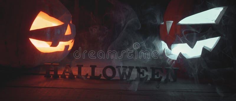El concepto de Halloween dos que brillan intensamente angr ligero anaranjado y azul fotografía de archivo