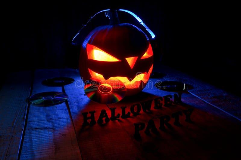 El concepto de Halloween Lámpara del enchufe de la calabaza, en auriculares con foto de archivo libre de regalías