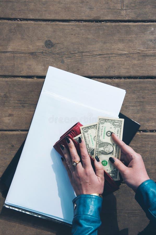 El concepto de la cartera con efectivo Hombre de negocios imagenes de archivo