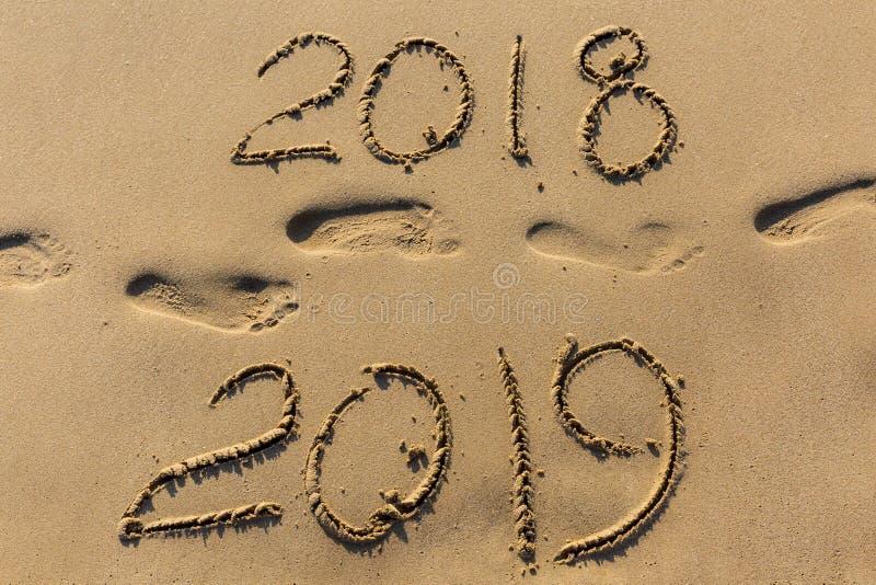 El concepto de la Feliz Año Nuevo 2019 es que viene y que deja el año de 2018 foto de archivo libre de regalías