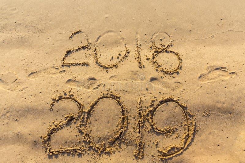 El concepto de la Feliz Año Nuevo 2019 es que viene y que deja el año de 2018 fotos de archivo