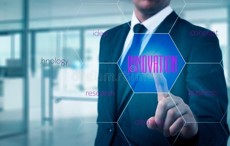 El concepto de la innovación presentó por un consultor en la gestión en la pantalla webinar fotos de archivo libres de regalías