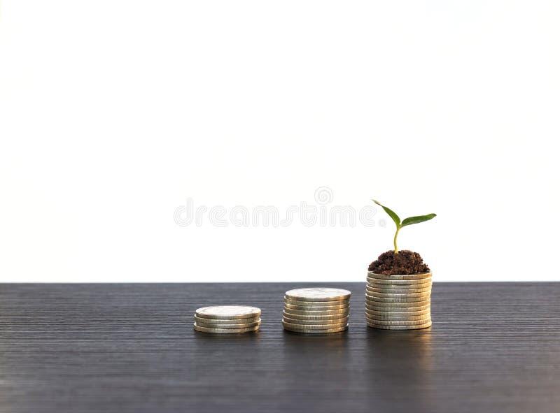El concepto de la inversión, monedas representa el mercado de acción gráficamente en fondo fotografía de archivo