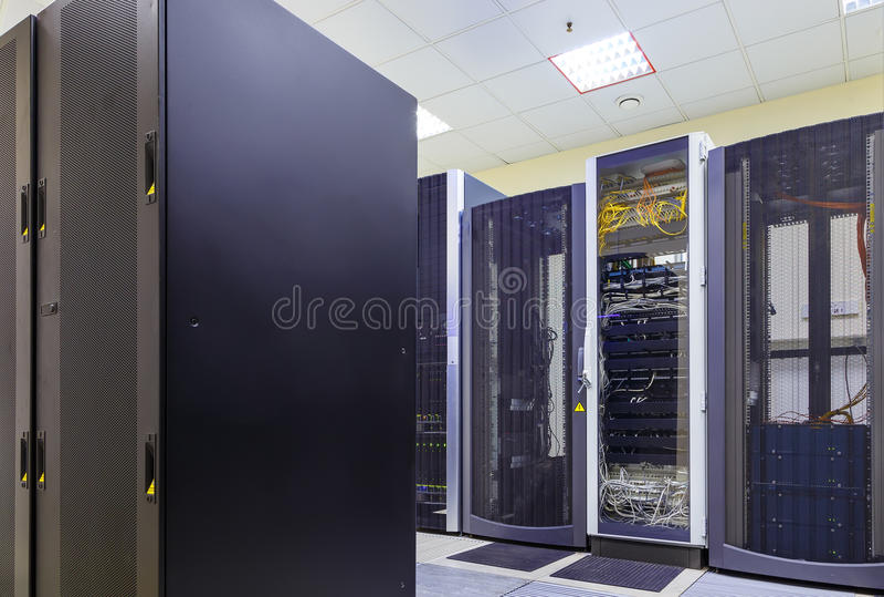 El concepto de la tecnología de comunicación de la red y de Internet, interior del centro de datos, servidor atormenta con la tel imagen de archivo