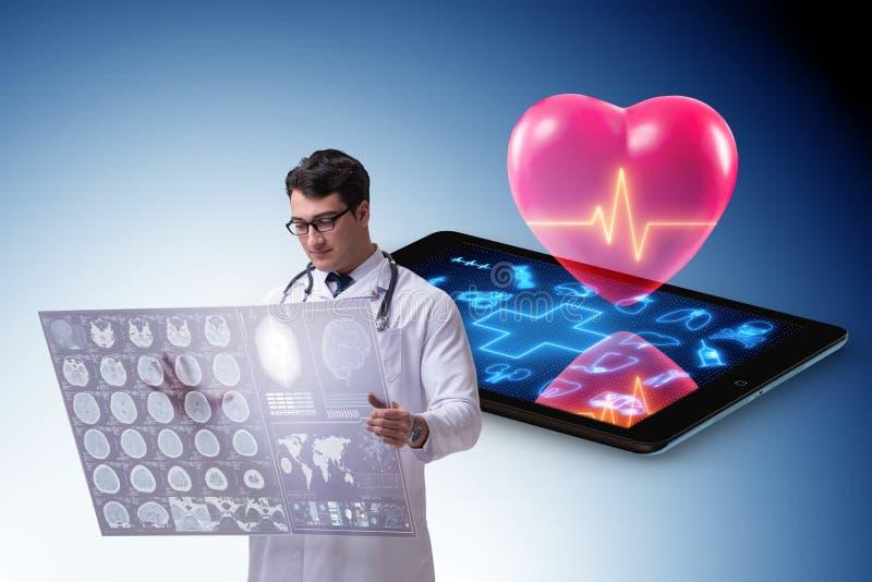El concepto de la telemedicina con el control remoto de la enfermedad cardíaca fotos de archivo libres de regalías