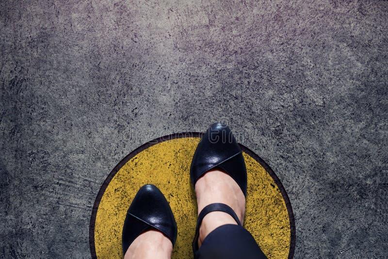 El concepto de la zona de comodidad, mujer con los zapatos de cuero camina sobre círculo foto de archivo libre de regalías