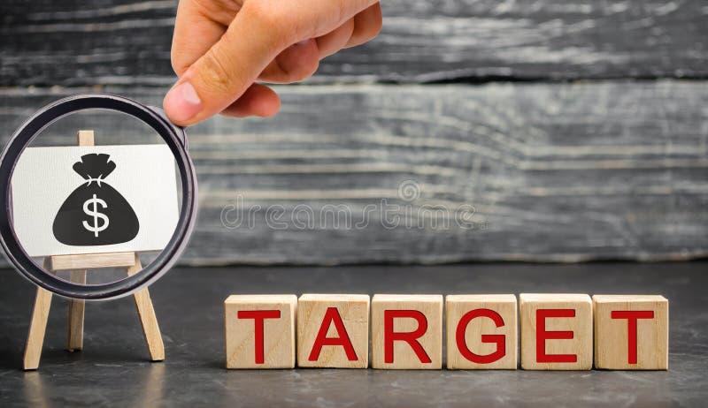 El concepto de metas financieras y corporativas Mejora de la eficacia de las ventas de la compañía Realización de blancos de la c fotografía de archivo libre de regalías