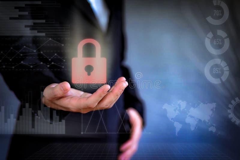 El concepto de negocio del icono de la tecnología La mujer de negocios que trabaja con la pantalla virtual de la seguridad y de l fotografía de archivo libre de regalías