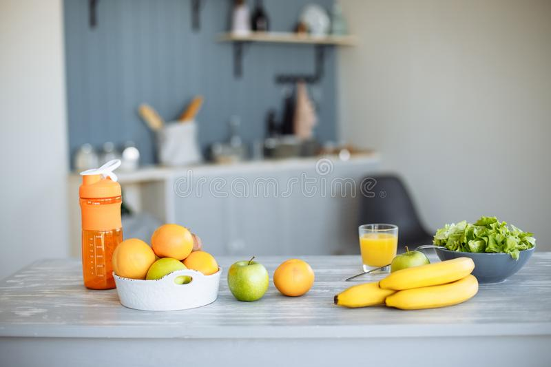 El concepto de pérdida sana de la consumición, de la dieta y de peso Ensalada y fruta fresca en la cocina foto de archivo libre de regalías