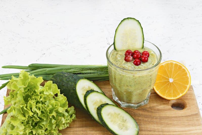 El concepto de purificación de la desintoxicación, los ingredientes de un cóctel vegetal verde Jugo sano natural, orgánico adentr fotografía de archivo libre de regalías