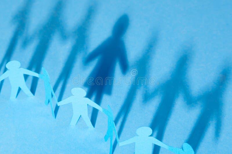 El concepto de transexual o de bisexual hombres de las manos de papel del control y a partir de una sombra en el perfil del silho foto de archivo libre de regalías