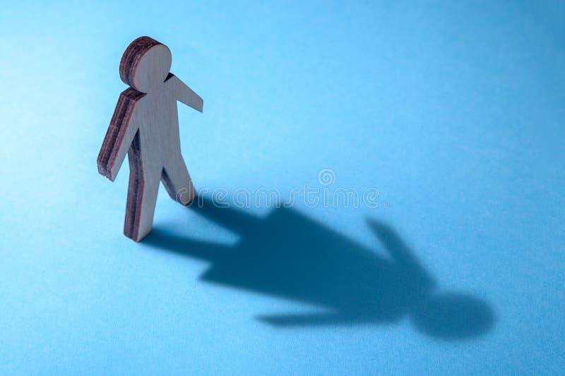 El concepto de travestido o de bisexual Tranender, hombre siente como mujer Sombra del hombre en la forma de la mujer imagen de archivo